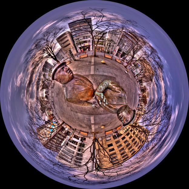 「出会い」像(ウィリアム・マクエルチュラン作 1986) 魚眼風360度 HDR (静岡市、青葉シンボルロード)