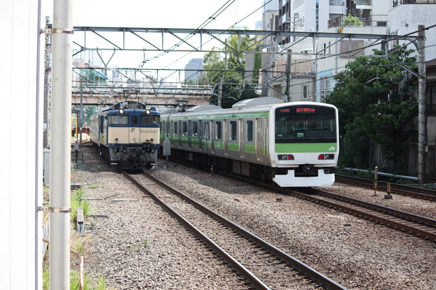 EF64 1032とE231系500番台の離合 1