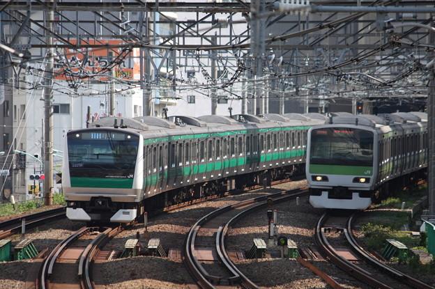 埼京線E233系と山手線E231系の並走