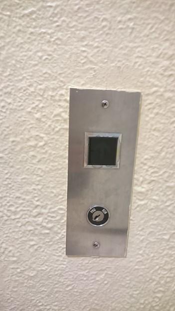 写真: いとく大館ショッピングセンター東芝エレベータ標準型エレベーターエレメイトカラベリュウム乗場ボタン+キースイッチ