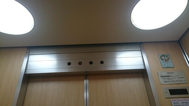 写真: いとく大館ショッピングセンター東芝エレベータ標準型エレベーターエレメイトカラベリュウム籠ドア上部インジケーター