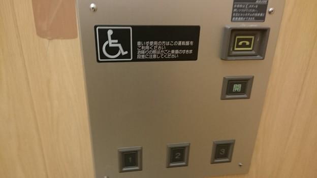 写真: いとく大館ショッピングセンター日立標準型エレベーター日立ビルエースプリード車椅子籠操作盤