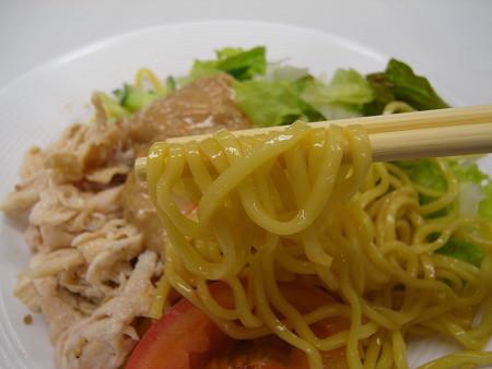 セブンイレブン サラダ仕立ての冷製バンバンジー麺 麺アップ