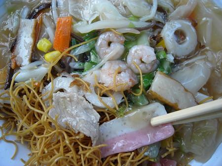 セブンイレブン ソースで食べる長崎皿うどん 具材の様子