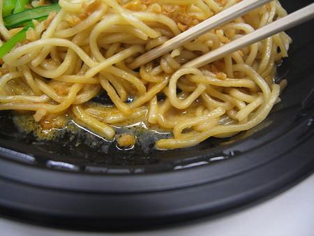 ローソン まぜまぜ汁なし担々麺 スープの様子