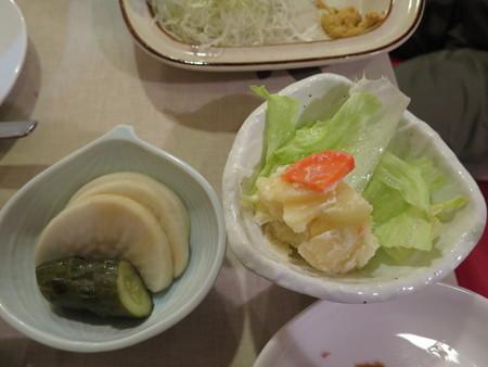 とんかつ梅林 厚揚げライス(200g) 副菜の様子