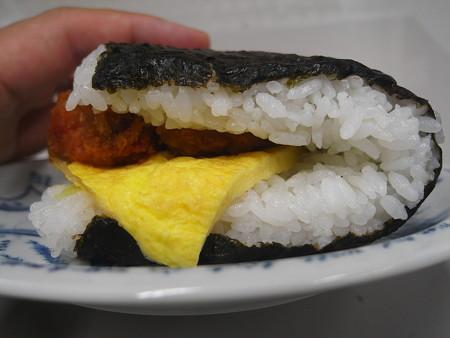 デイリーヤマザキ サンドおむすび 白身魚フライ タルタルソースと玉子焼 横から見た図2
