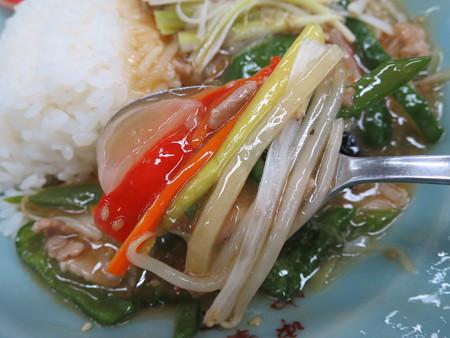 中華 宝亭 ピーマン丼(出前) 具材の様子