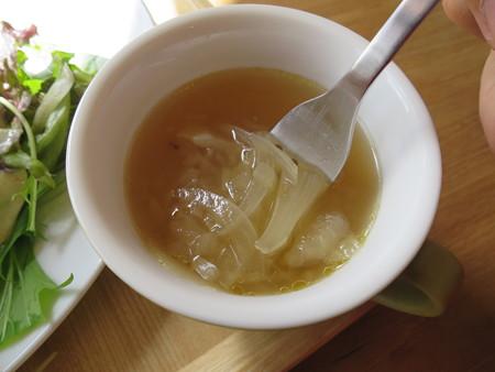 フェルの台所 ふわとろオム丼(限定20食) スープ具材の様子