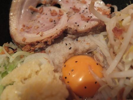 麺ぐるい 高田本町店 まぜそば(太麺&背脂多め) 背脂アップ