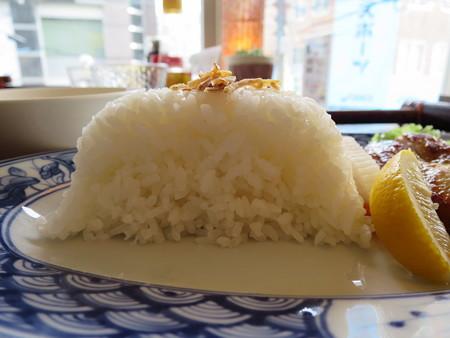 ベトナム・キュイジーヌ・チャオゴン こんがりチキンの皿飯(コムガー) ジャスミン米断面図