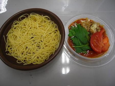デイリーヤマザキ 香草チキンのアラビアータスパゲティ 中身の様子