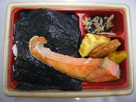 ローソン 新潟コシヒカリ紅鮭弁当(鹿児島県枕崎産 本枯れ節&枕崎産かつお節だし、それぞれ抜きの状態)