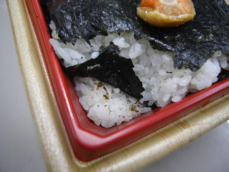 ローソン 新潟コシヒカリ紅鮭弁当 ごはん盛り付けの様子2