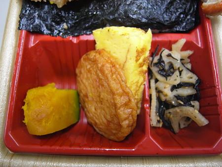 ローソン 新潟コシヒカリ紅鮭弁当 副菜の様子