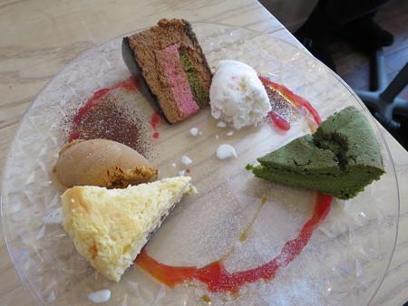 Sucre(シュクレ) デザート3品盛り合わせ¥300(ラム酒風味の濃厚スフレフロマージュ、ショコラキャラメルとフランボワーズのムース、抹茶と和栗のガトーショコラ)