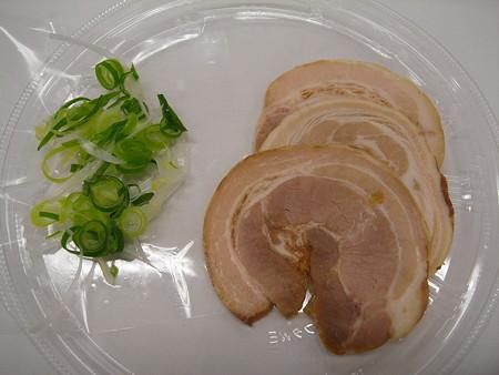 セブンイレブン チャーシュー3枚乗せ 鶏白湯の冷しつけ麺 具材の様子