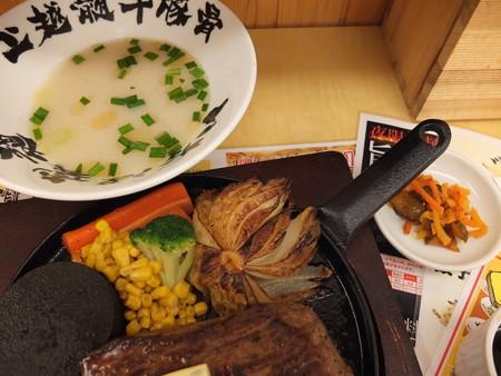 いなば製麺 特大ステーキ定食(火加減 弱、ステーキソース) 副菜の様子