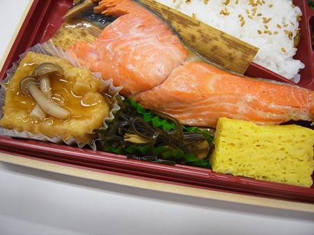セブンイレブン 炭火焼紅鮭幕の内御膳 副菜の様子1