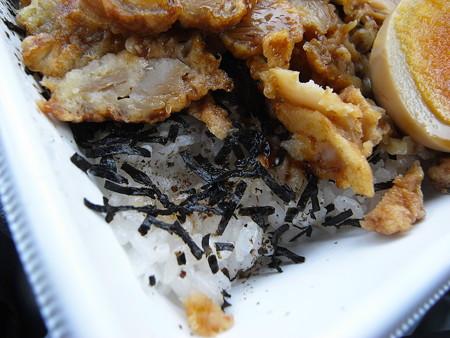 セブンイレブン 鶏唐揚げタルタル弁当 盛り付けの様子