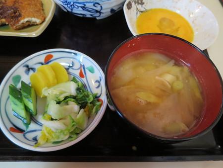 大鵬食堂 日替り定食(牛すき・めぎすフライ) 副菜の様子