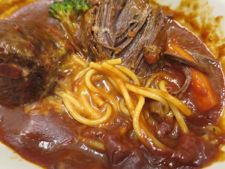 Cafe Restaurant Buono(ブォーノ) 牛スネ肉の煮込み 盛り付けの様子