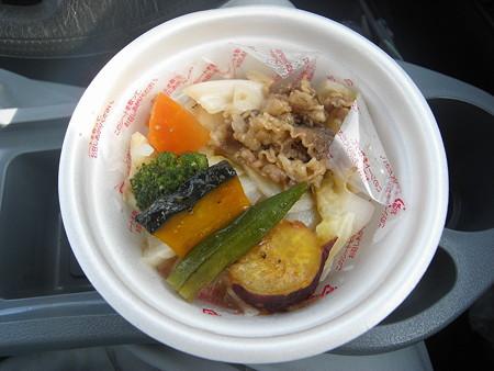 デイリーヤマザキ 野菜と牛肉のお手軽どんぶり 中身の様子