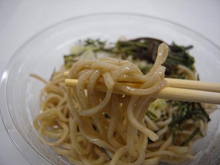 ローソン 信州産玄そば使用 冷し山菜わさびおろしそば 麺アップ