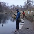 写真: 親子で釣り