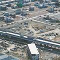 写真: JR常磐線の高架式の山下駅を中心に住宅整備などが進む「つばめの杜地区」を東側から望む=10日午後2時15分ごろ、宮城県山元町