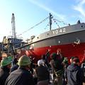 写真: 海上自衛隊のタンカーの進水を祝う関係者-海自タンカー進水 造船業復興へ前途洋々