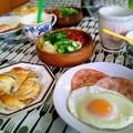 写真: 半熟目玉焼きとコーヒーロールの朝食