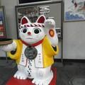寿司桶を持つ招き猫