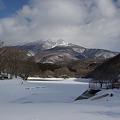 写真: 凍て付く湖