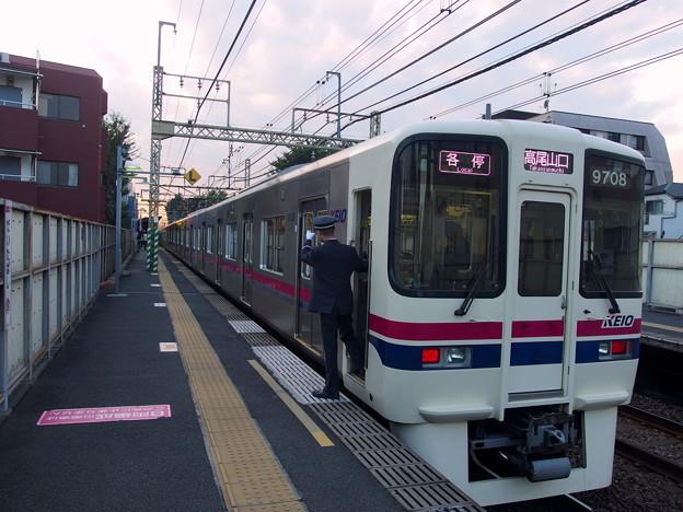 京王線代田橋駅1番線 京王9008各停高尾山口行き側面よし