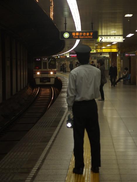 都営新宿線曙橋駅2番線 京王9735各停本八幡行き進入