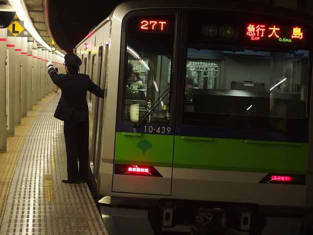 京王新線幡ヶ谷駅2番線 都営10-430F急行大島行き