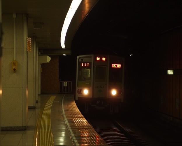 都営新宿線新宿三丁目駅1番線 都営10-240F各停新宿行き進入