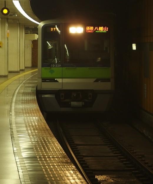 都営新宿線新宿三丁目駅1番線 都営10-320F八幡山行き進入