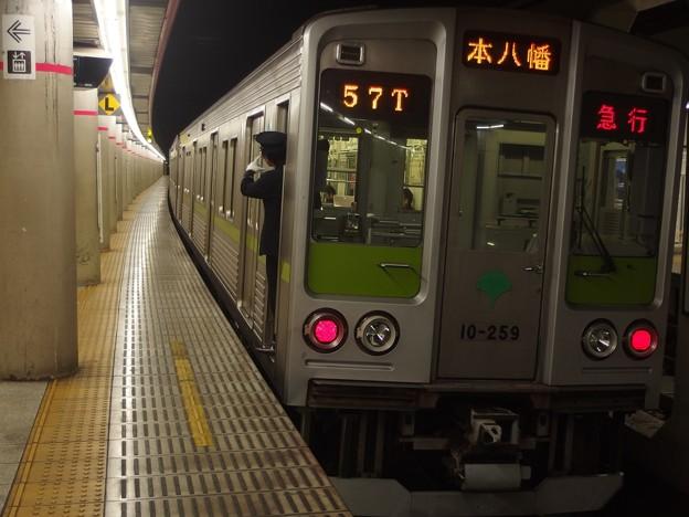 京王新線幡ヶ谷駅2番線 都営10-250F急行本八幡行き側面よし