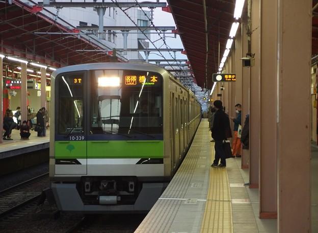 都営新宿線船堀駅1番線 都営10-330F各停橋本行き進入
