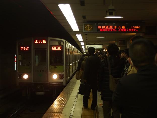 京王新線初台駅2番線 都営10-220F各停本八幡行き進入