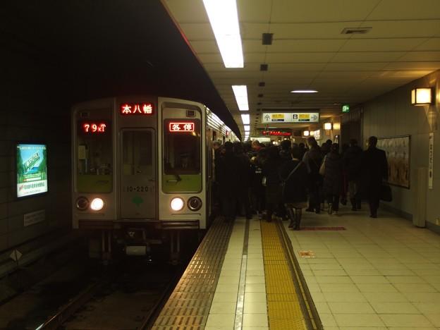 京王新線初台駅2番線 都営10-220F各停本八幡行き