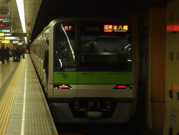 都営新宿線神保町駅2番線 都営10-370F各停本八幡行き前方確認
