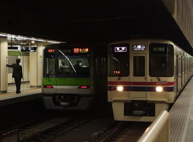都営新宿線九段下駅 八幡どうしの並び