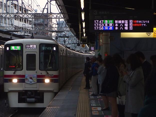 京王新線笹塚駅3番線 京王9049(サンリオラッピング)急行新線新宿行き進入