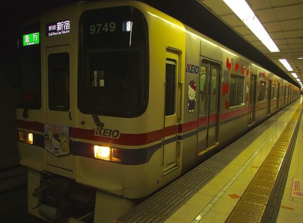 京王新線初台駅2番線 京王9049(サンリオラッピング)急行新線新宿行き