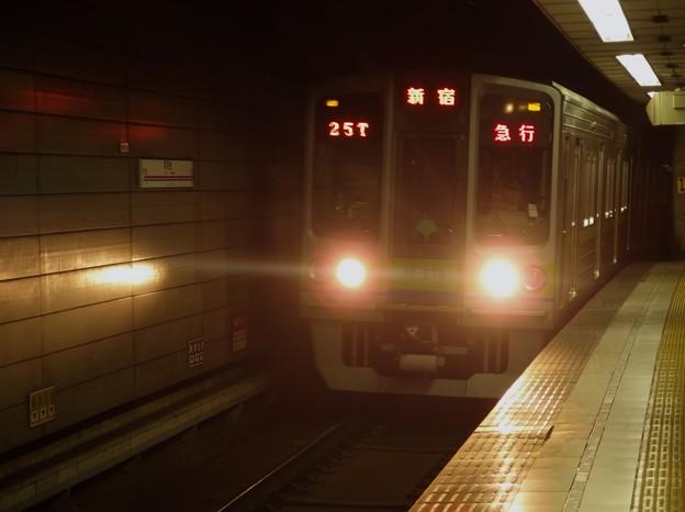 京王新線初台駅2番線 都営10-270F急行新線新宿行き進入