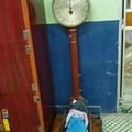 写真: 浅草観音温泉の体重計 乗ってみる