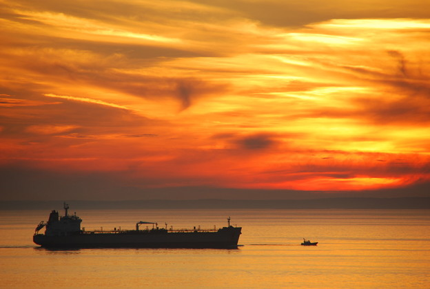 写真: A Pilot Boat and an Oil Tanker 8-20-14